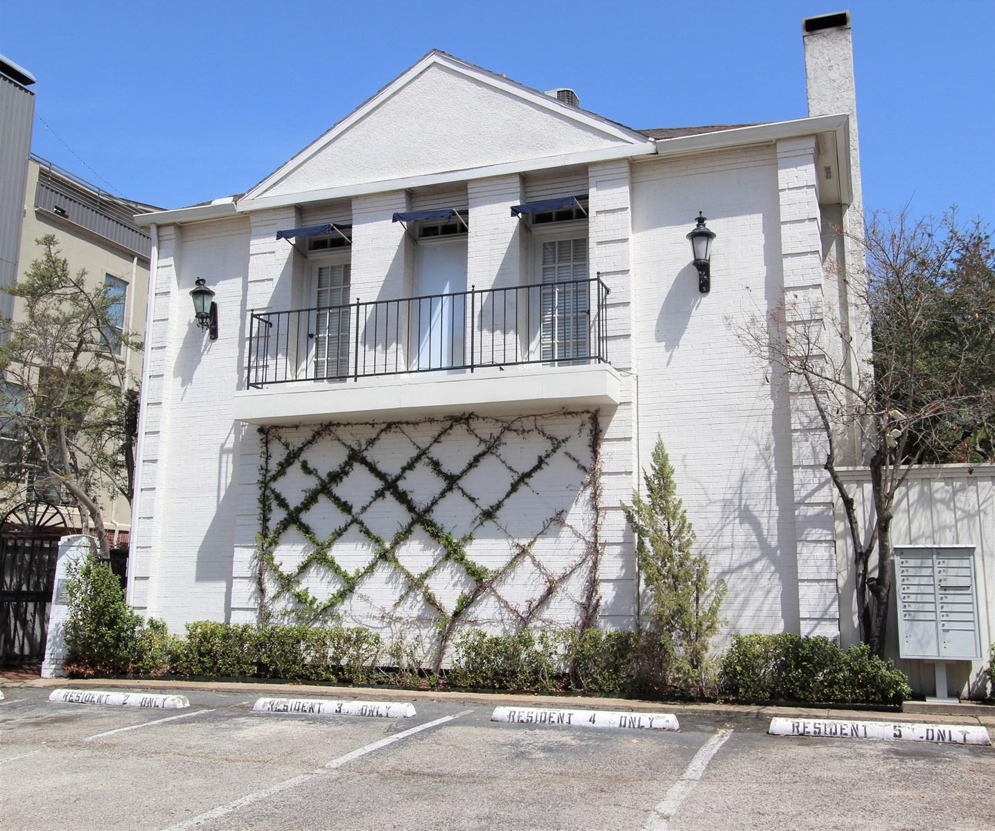 One Unit Condominium For Auction In Dallas Texas