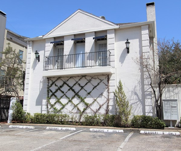 One Unit Condominium For Auction In Dallas Texas