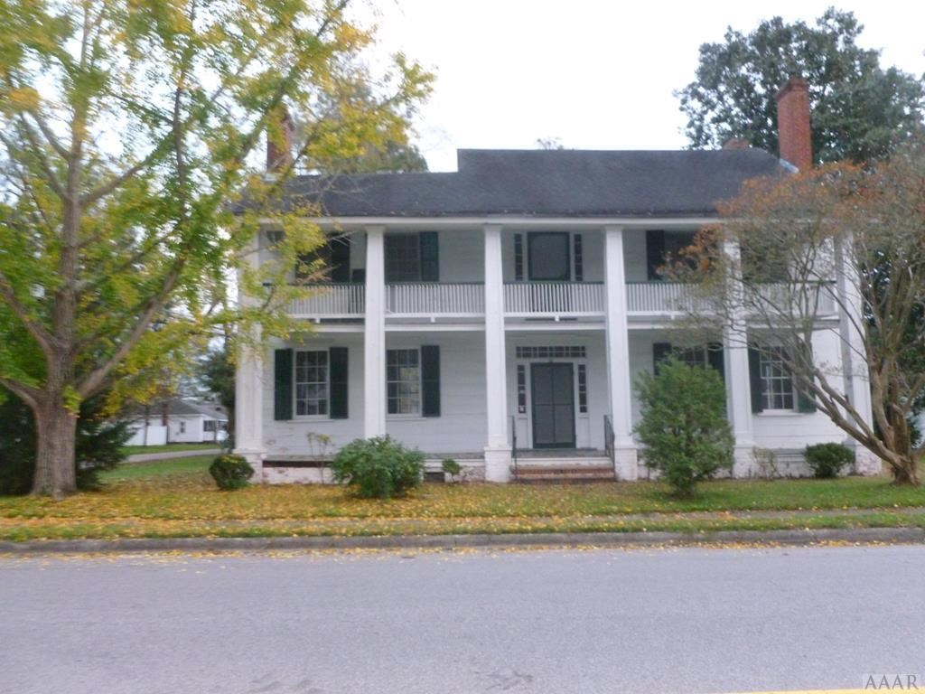 Beautiful Historic Home In Town