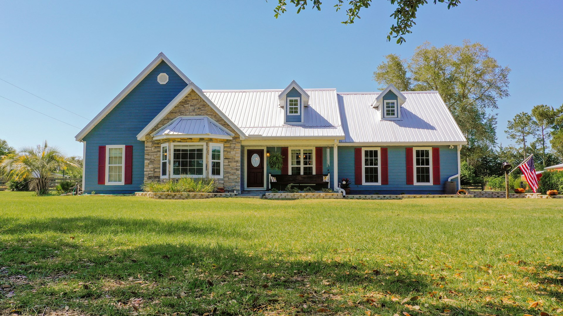 BEAUTIFUL TWO STORY COUNTRY STYLE HOME IN TRENTON FL!