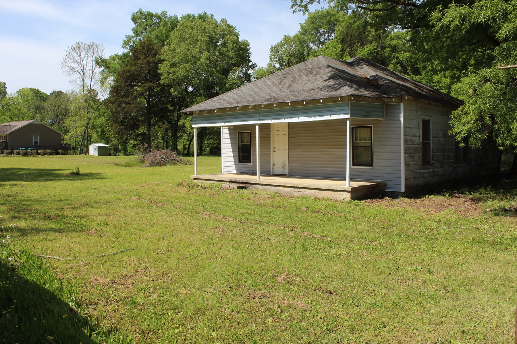 OLD HOME ON 1.9 AC. IN CITY LIMITS OF ADAMSVILLE TN FOR SALE