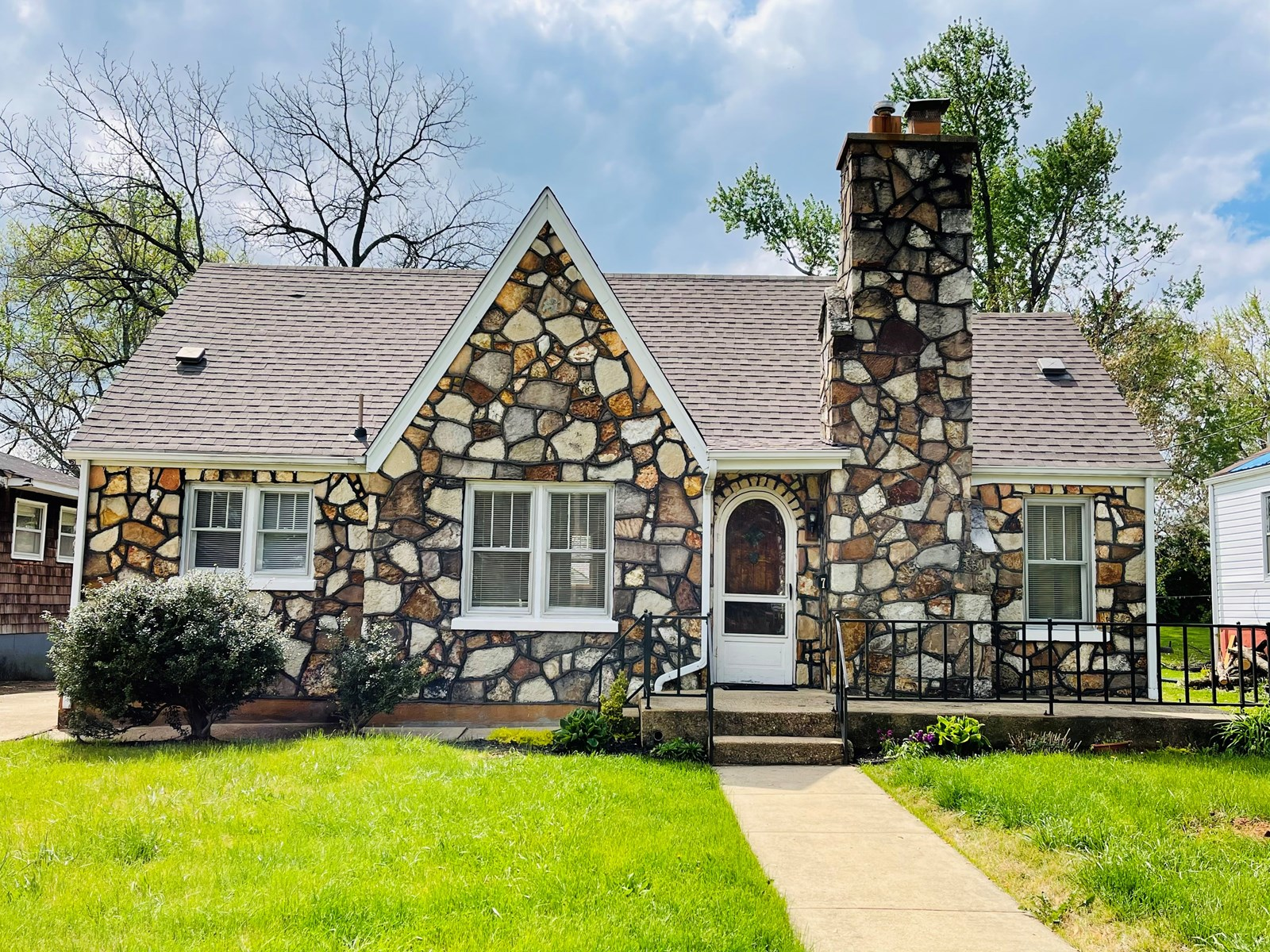 Charming 3 bedroom Cottage home in Salem with updates!