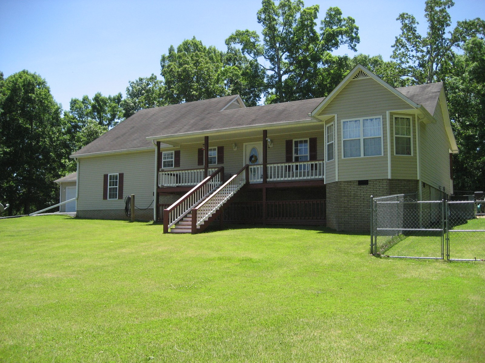 COUNTRY HOME FOR SALE WITH POOL OUTSIDE CITY LIMITS