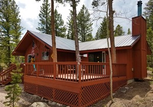 ROCKY MOUNTAIN CABIN NESTLED IN THE PINES