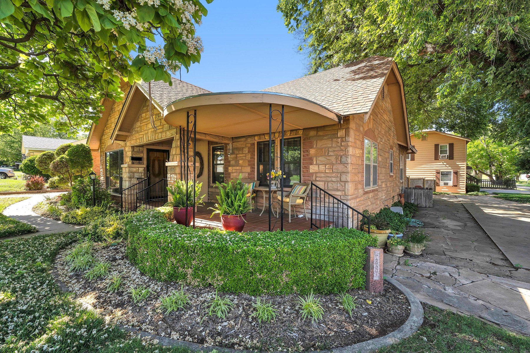 HOME ON CORNER LOT W/ DETACHED INCOME PRODUCING APARTMENTS
