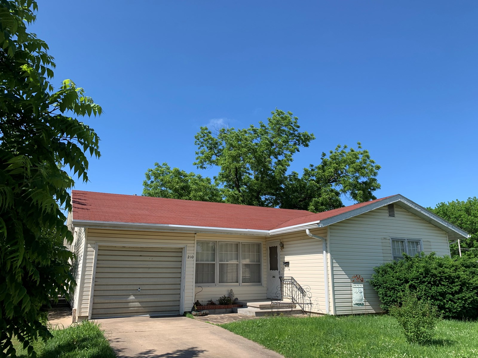 3 Bed 2 Bathroom Ranch with in walking distance to downtown.