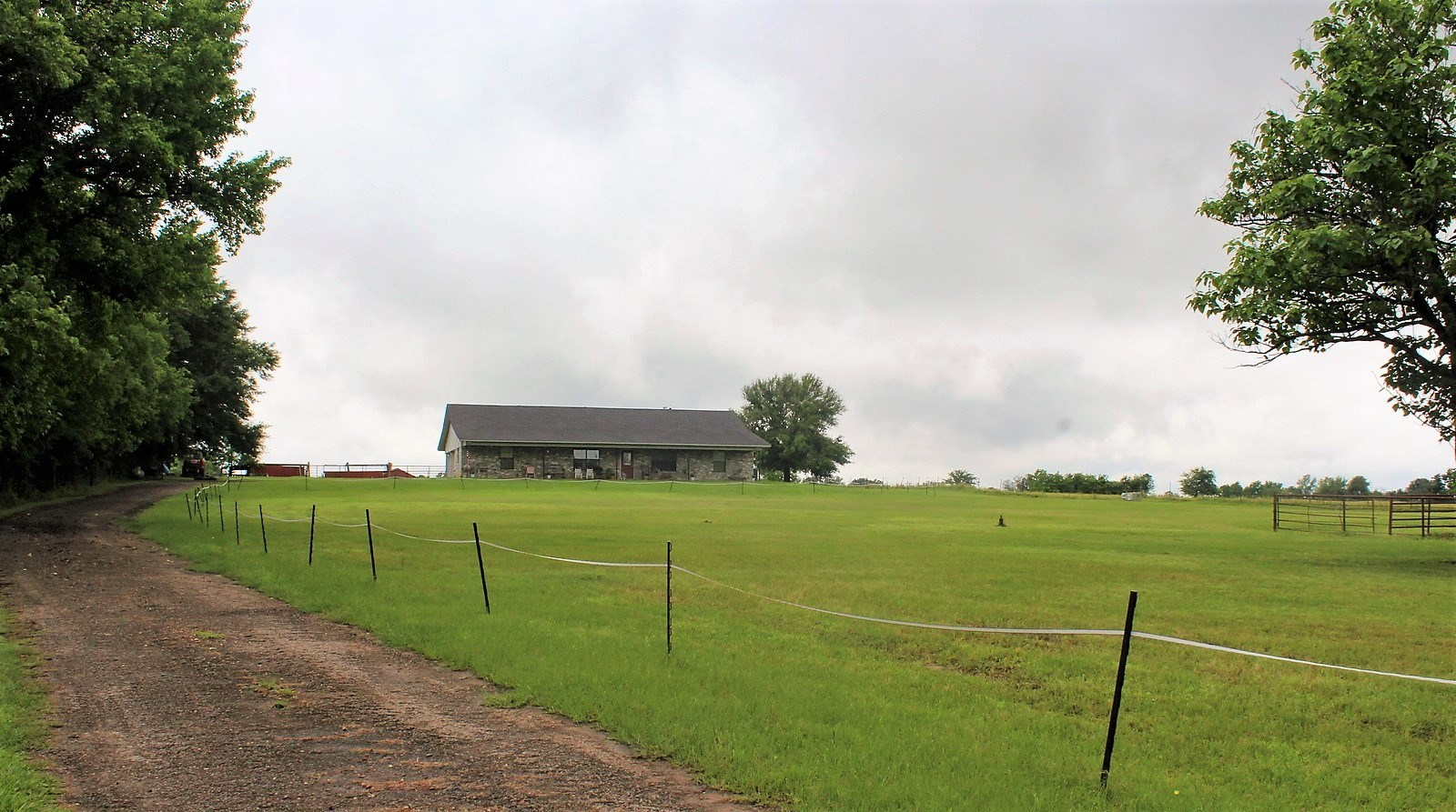 EAST TEXAS COUNTRY HOME 13 ACRES CROSS FENCED CORRALS