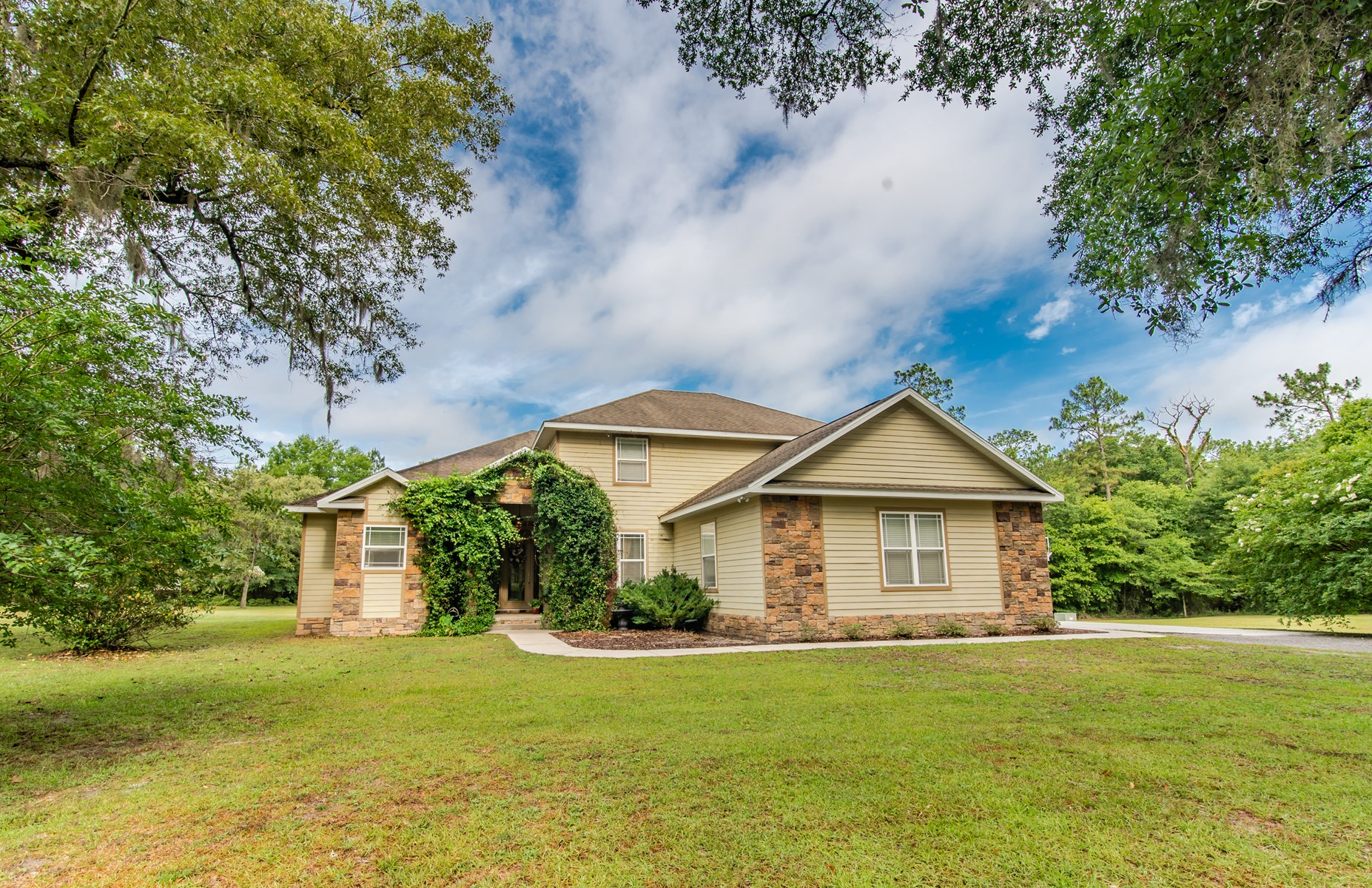 SPACIOUS 5 BR/ 4 BA HOME ON 8.23 ACRES IN LAKE CITY, FL