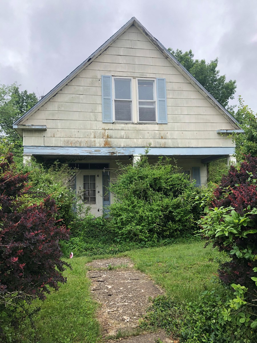 1930's Fixer Upper!  Fix up or build your own home.