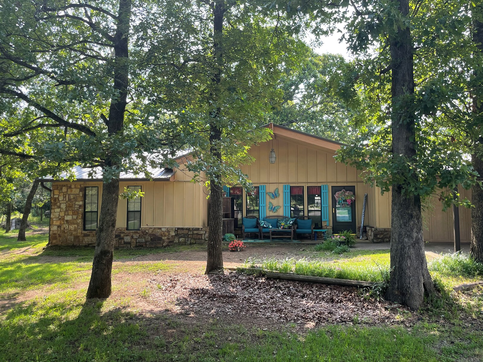 CUSTOM BUILT HOME WITH SHOP/APARTMENT ON 2.5 ACRES FOR SALE