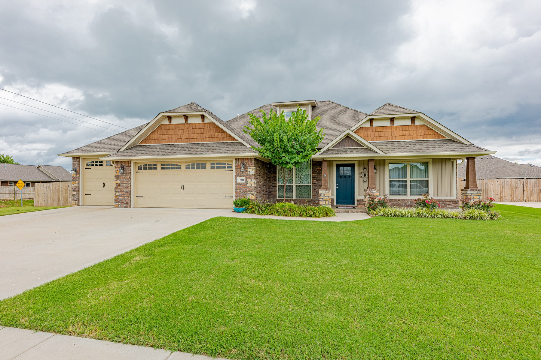 Craftsman style 4 bedroom home for sale in Pea Ridge