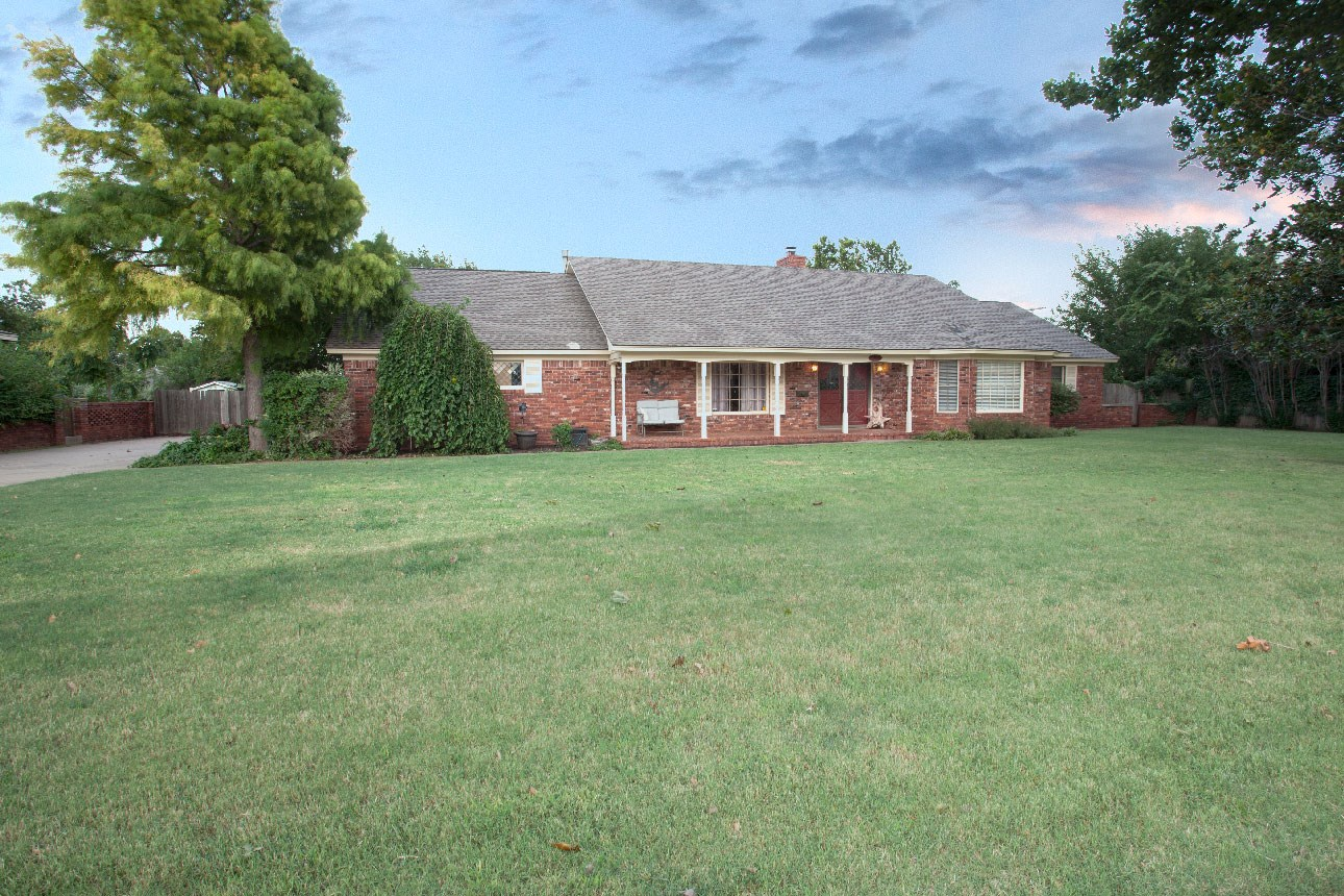 Beautiful Historic Home For Sale in Clinton, OK.