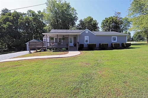 3-BR, 2-BA COUNTRY HOME AT EDGE OF TOWN: