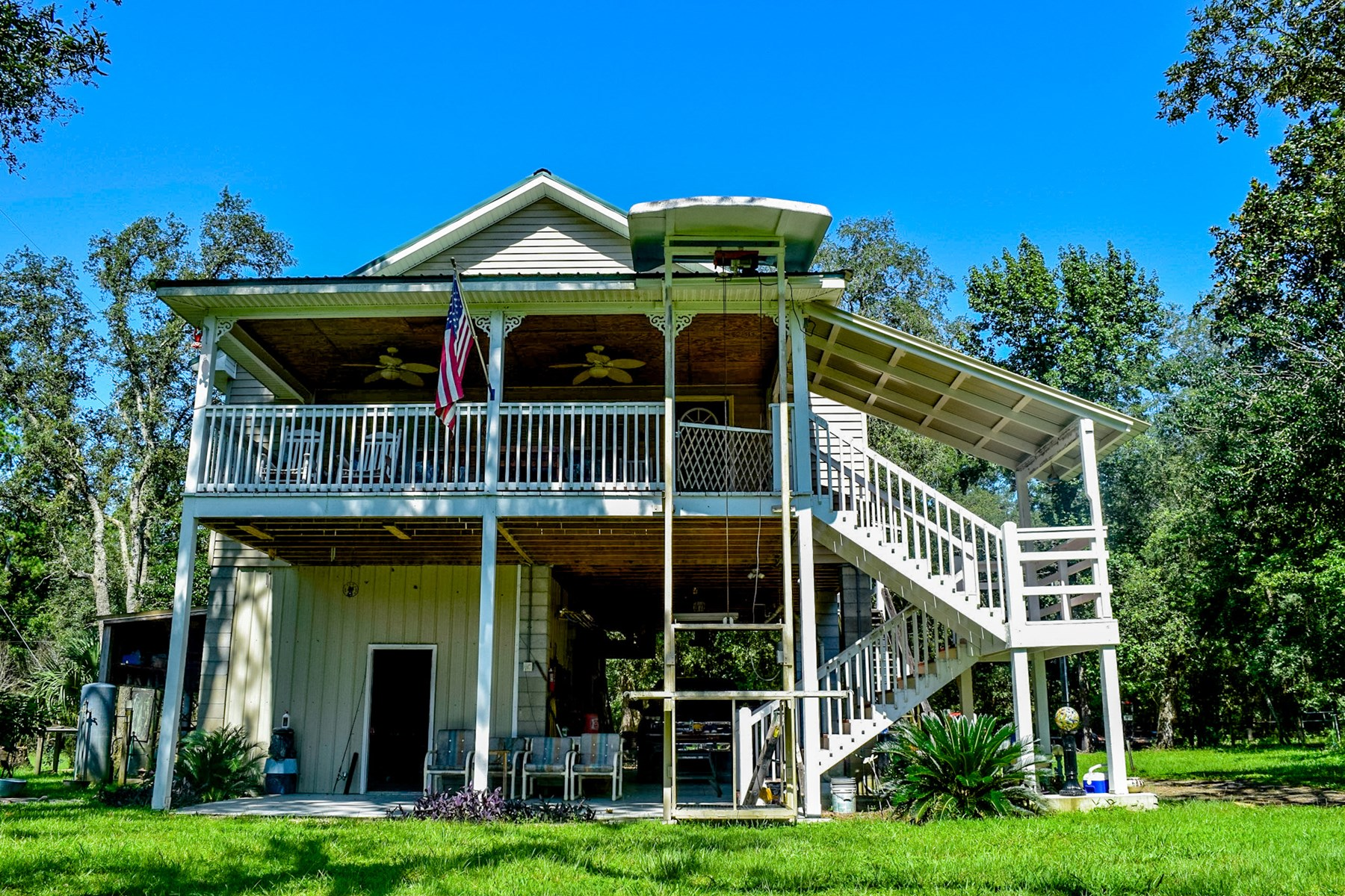 GORGEOUS SUWANNEE RIVERFRONT HOME ON 0.81 ACRES!!