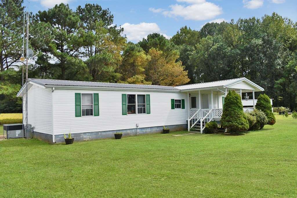 4 BR / 2BA TN Country Home w/ Shop, & Outbuildings on 1 ACRE
