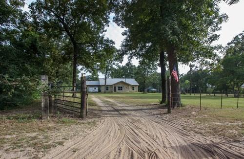 Home on Acreage For Sale in Oakwood, TX