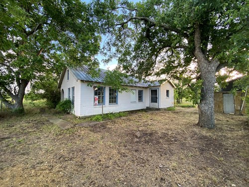 Land for Sale with Fixer Upper Farmhouse in Central Texas