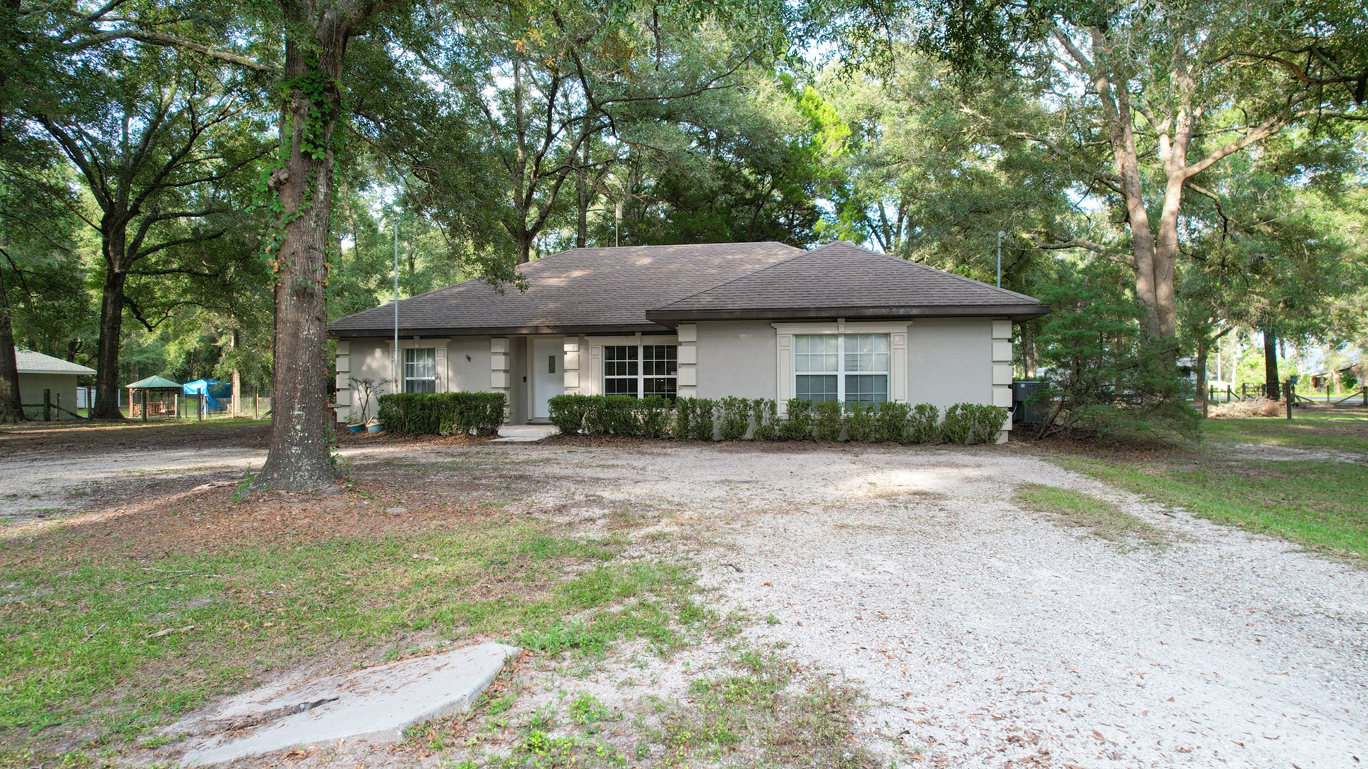 Well maintained 3/2 stucco home in the heart of Ft White