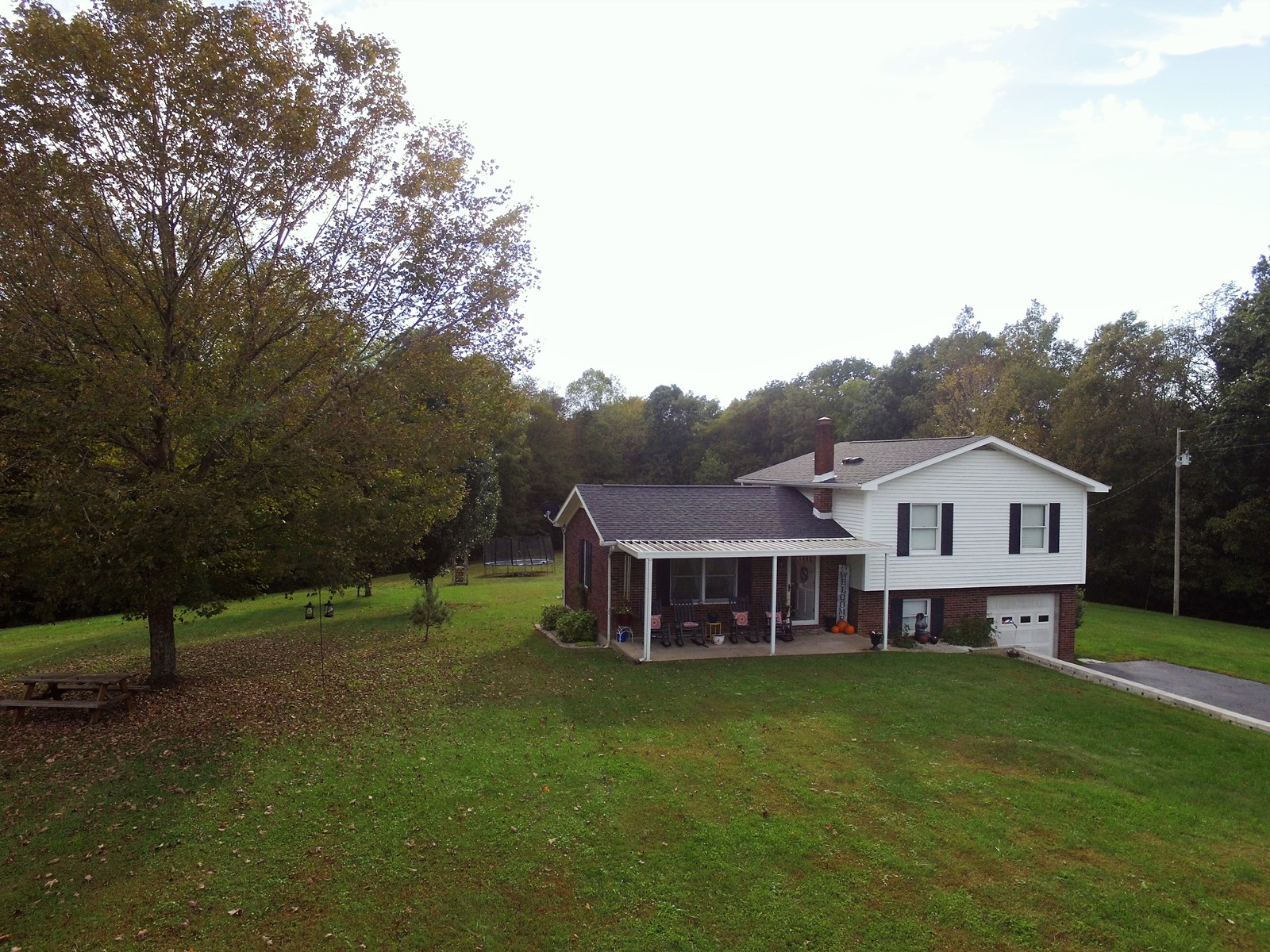 COUNTRY HOME ON 8.3 ACRES IN CENTRAL KENTUCKY