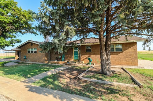 UPDATED & Move-in ready 3 bedroom 2 bath home in Earth, TX