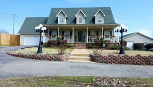 BEAUTIFUL SPACIOUS COUNTRY HOME IN SMALL TOWN TENNESSEE!