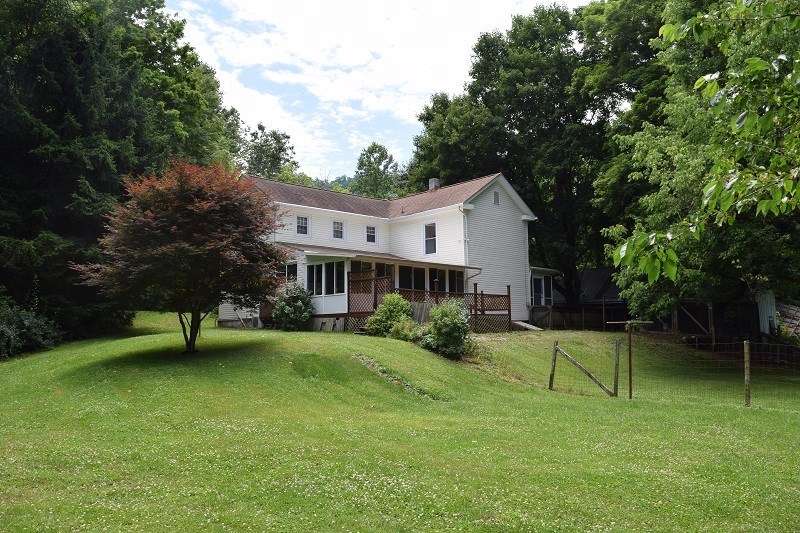 Southern Charm Farmhouse with River Frontage in Shawsville