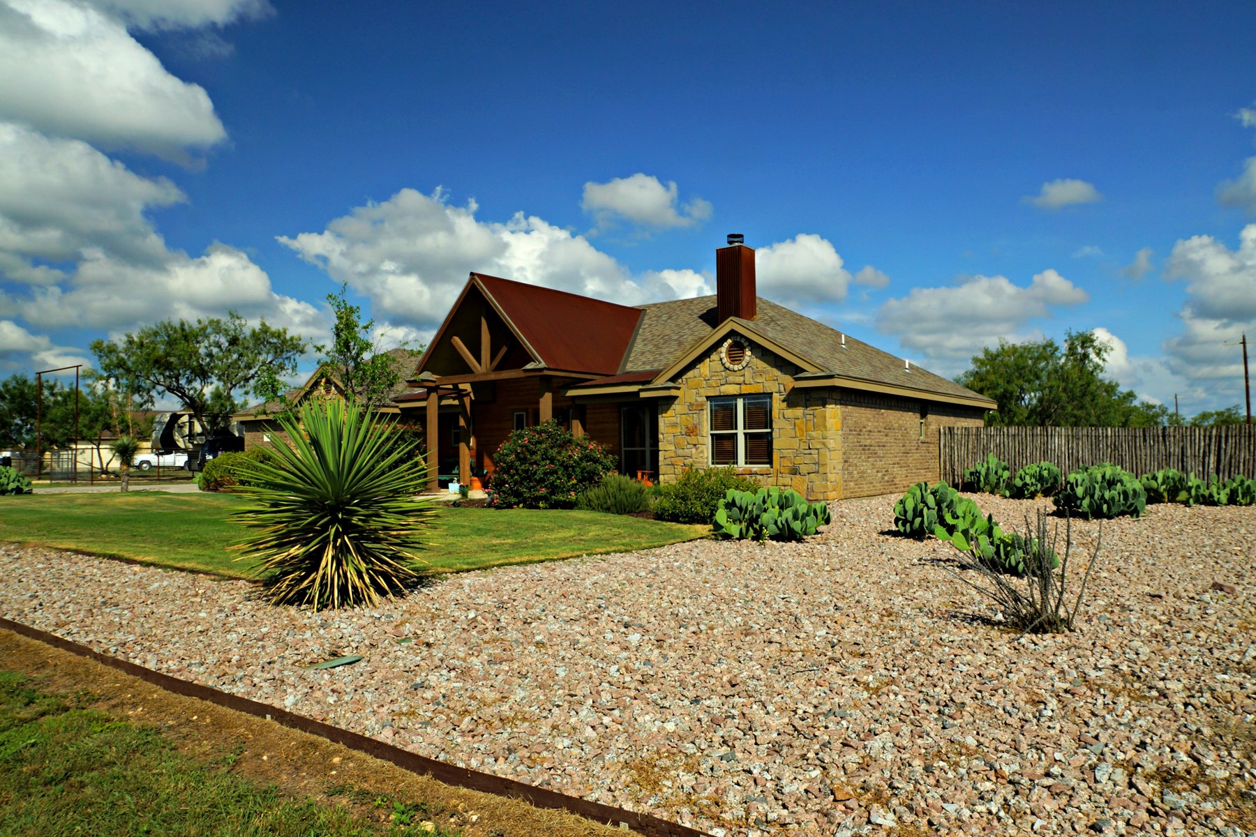 BUFFALO HEIGHTS RANCH HOME WITH ACREAGE NEAR SAN ANGELO, TX