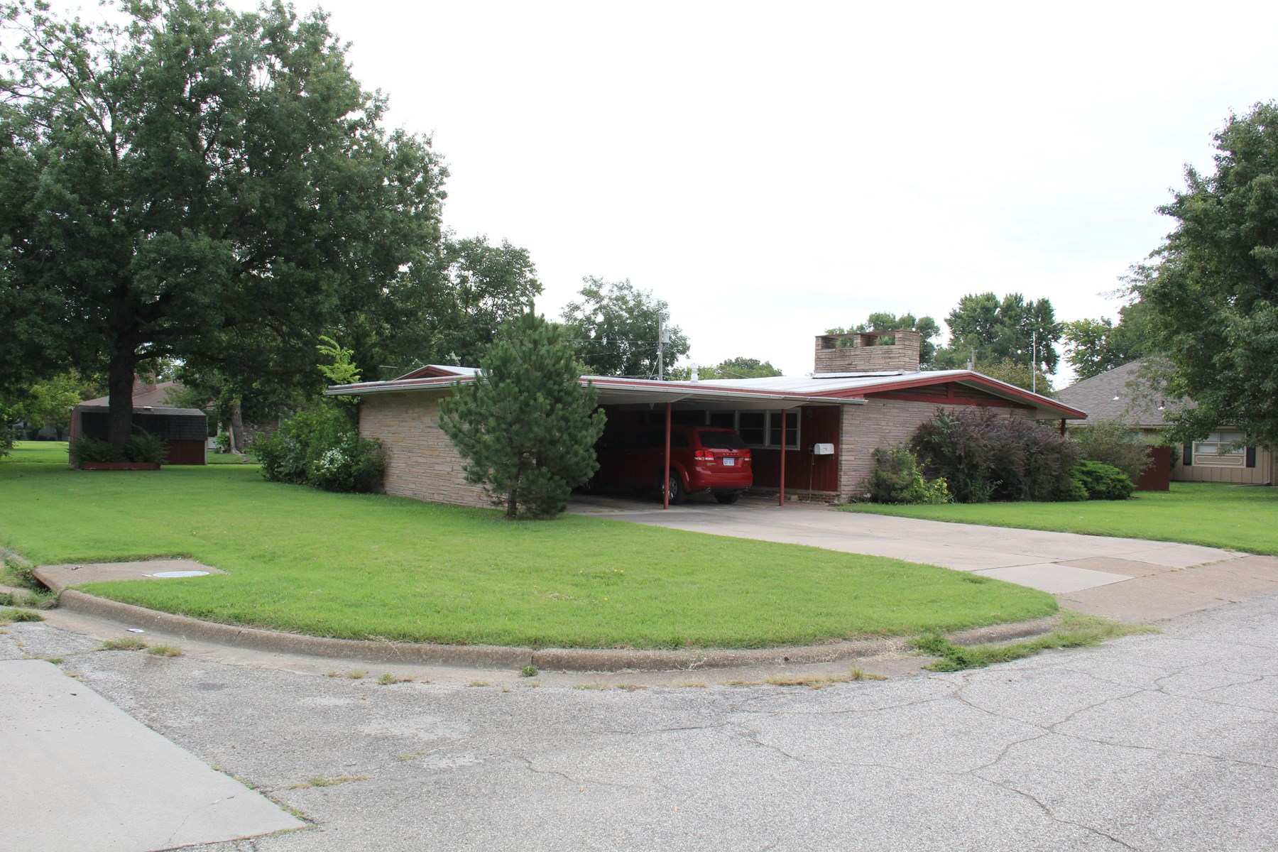 Mid Century Modern Home For Sale in Chanute KS.