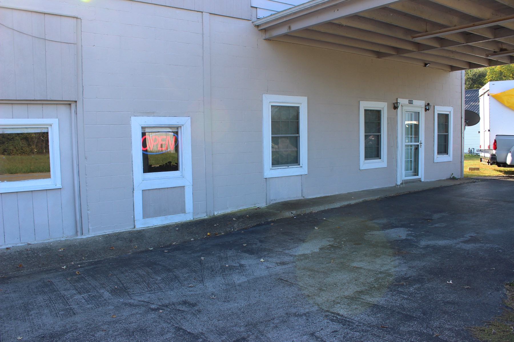 COMMERCIAL BUILDING WITH APARTMENT IN CENTRAL KENTUCKY
