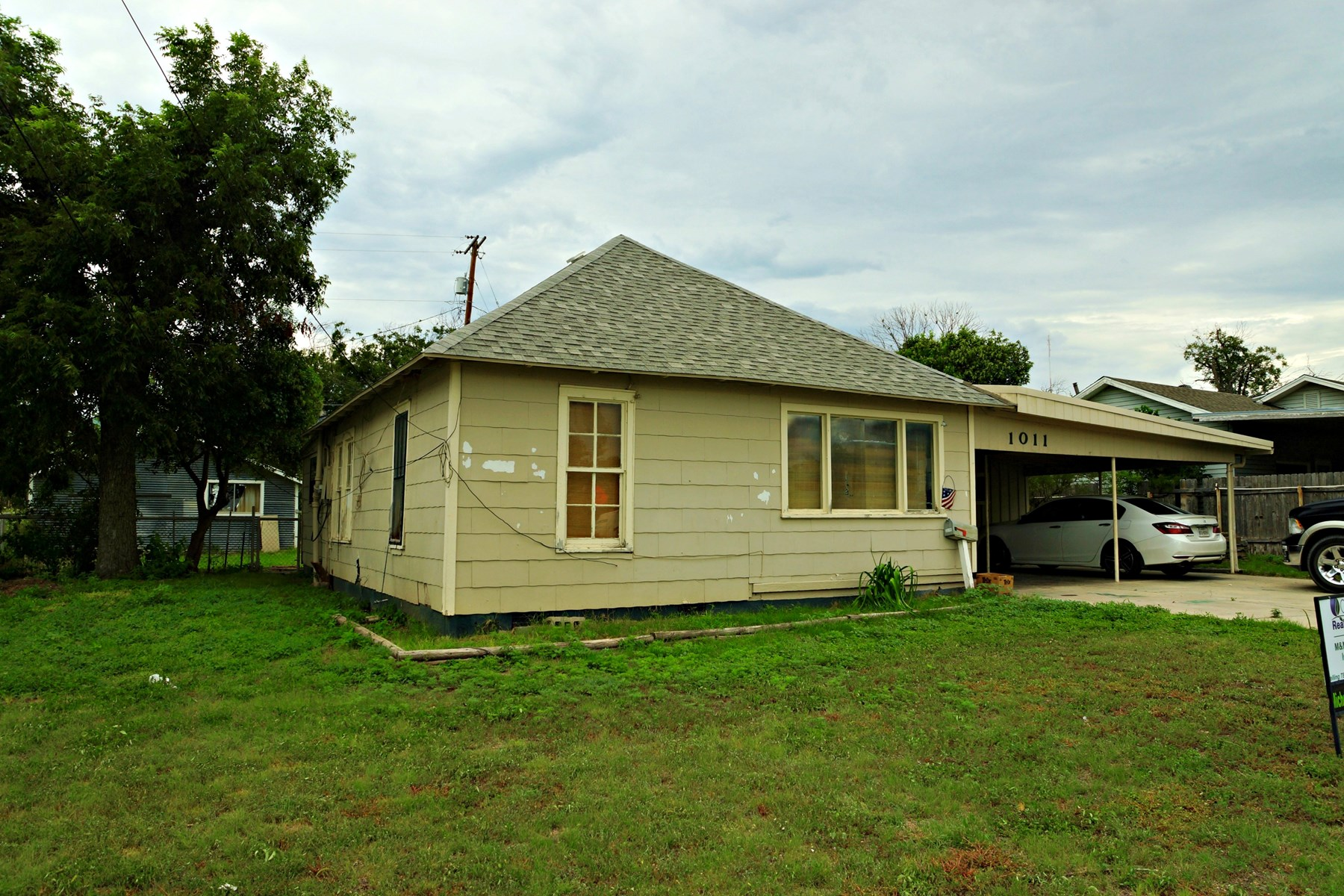 INVESTMENT OR STARTER HOME WITH APARTMENT IN SONORA, TEXAS