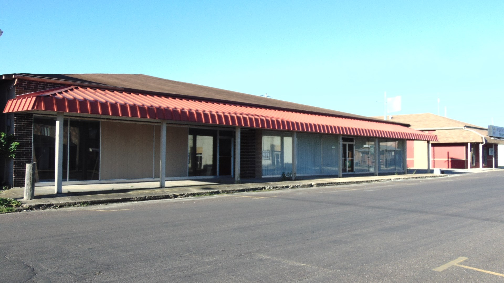 Large Commercial Building in Missouri Ozarks For Sale