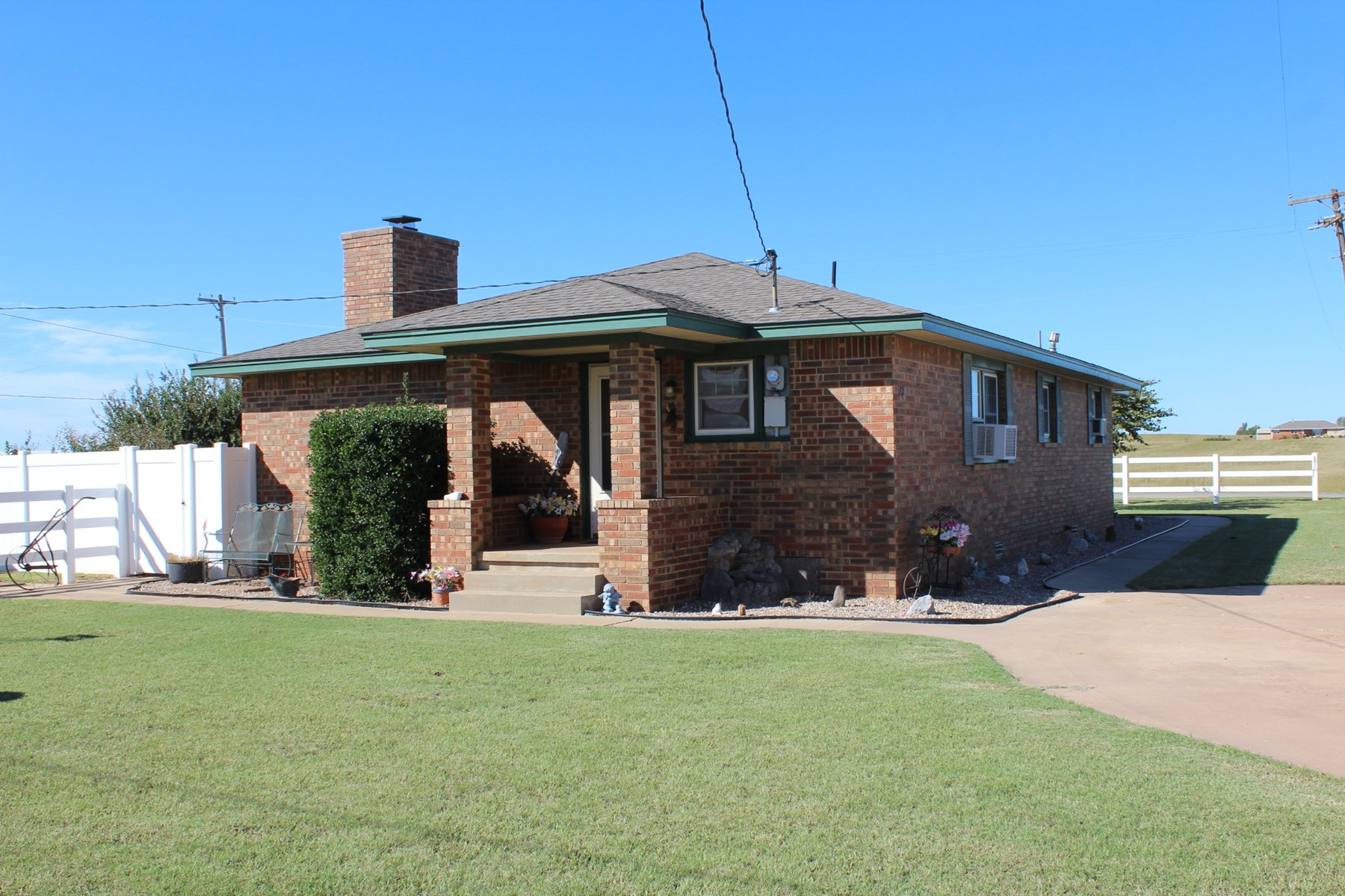 HOME FOR SALE IN CANUTE W/ 3 BEDS, SHOP, MAN CAVE, ON 5 LOTS