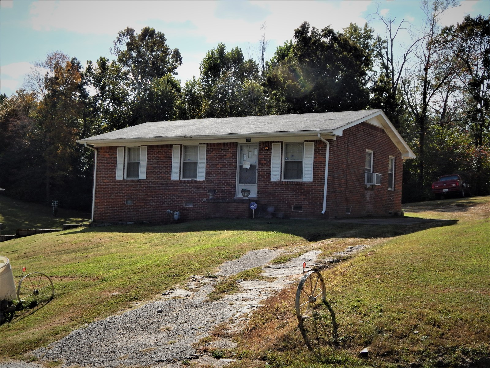 COLLINWOOD, TN, BRICK 3 BED 1 BATH HOME ON .3 ACRE!!