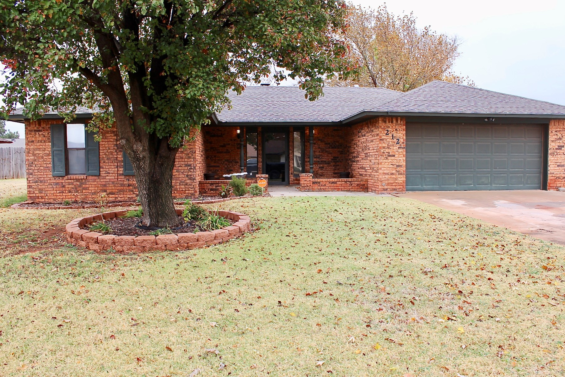 3 BED HOME W/ OFFICE & UPDATED KITCHEN FOR SALE IN ELK CITY