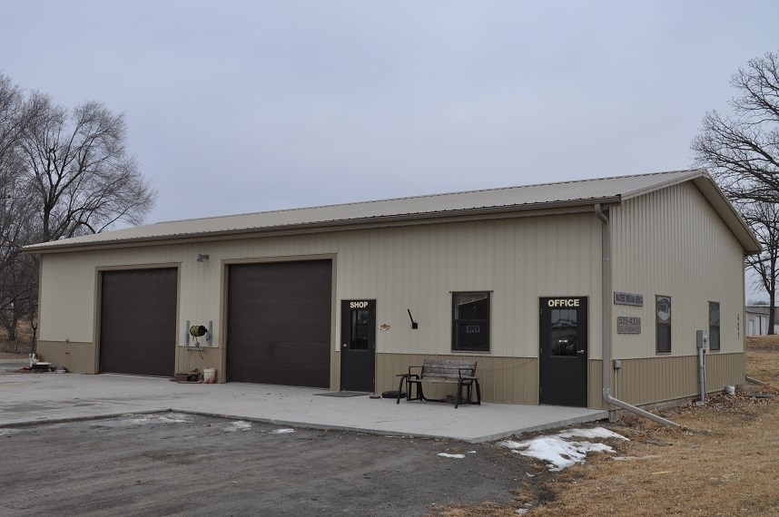 Great Business Opportunity, 1700 sqft building on 2.3 Acres