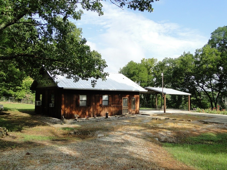 ARKANSAS HOME WITH RIVER FRONT ACREAGE FOR SALE