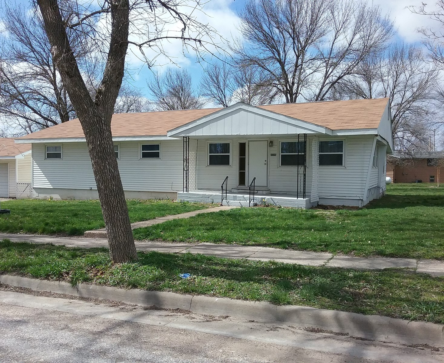 Home for Sale in Farmington, IA