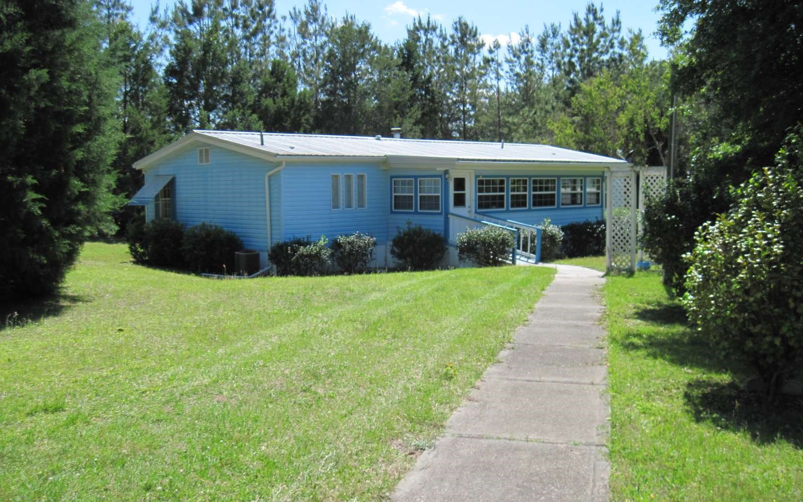 Well Kept DW Manufactured Home on 5 Acres in Lake City, FL
