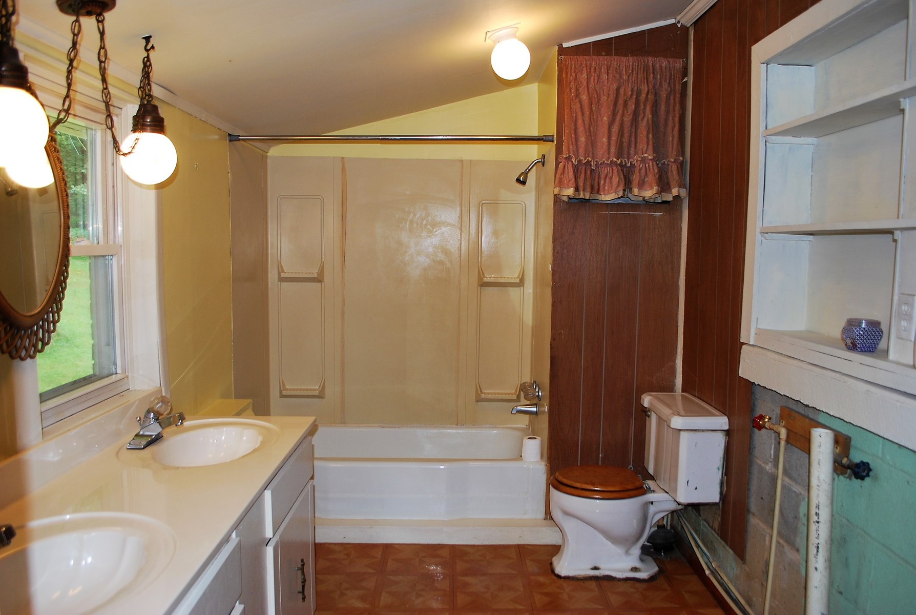 Full bath and utility room off the mud room
