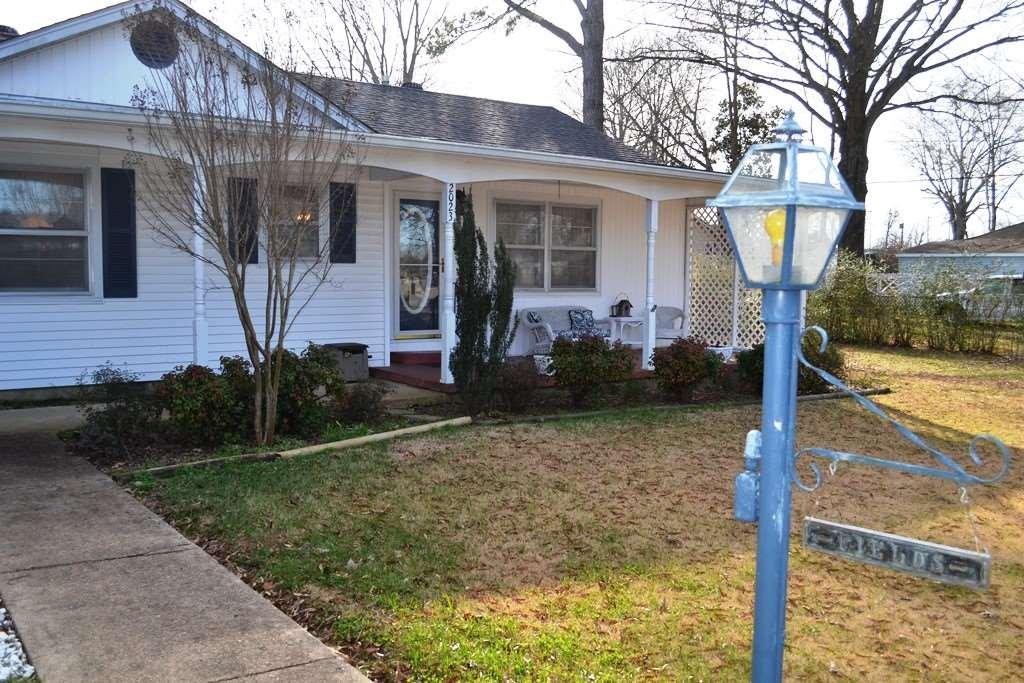 3BR / 2BA Home in Town w/ Hardwood Floors, Coi Pond, Fenced