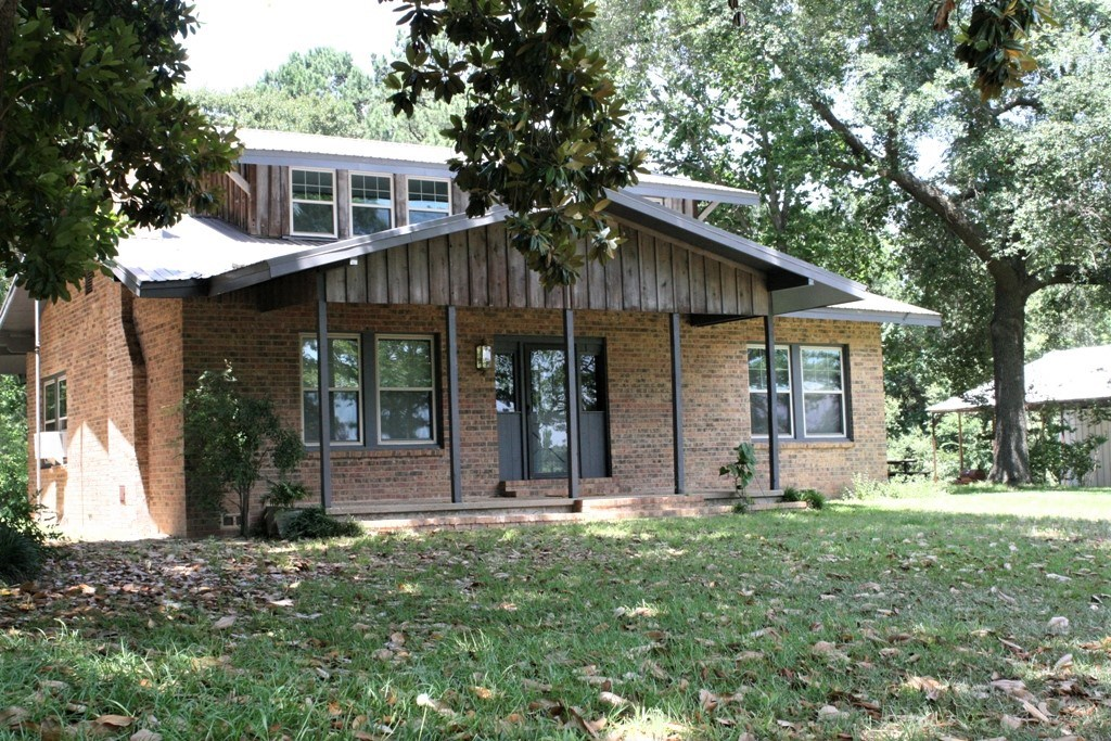 COUNTRY HOME FOR SALE WITH SMALL ACREAGE, EAST TX