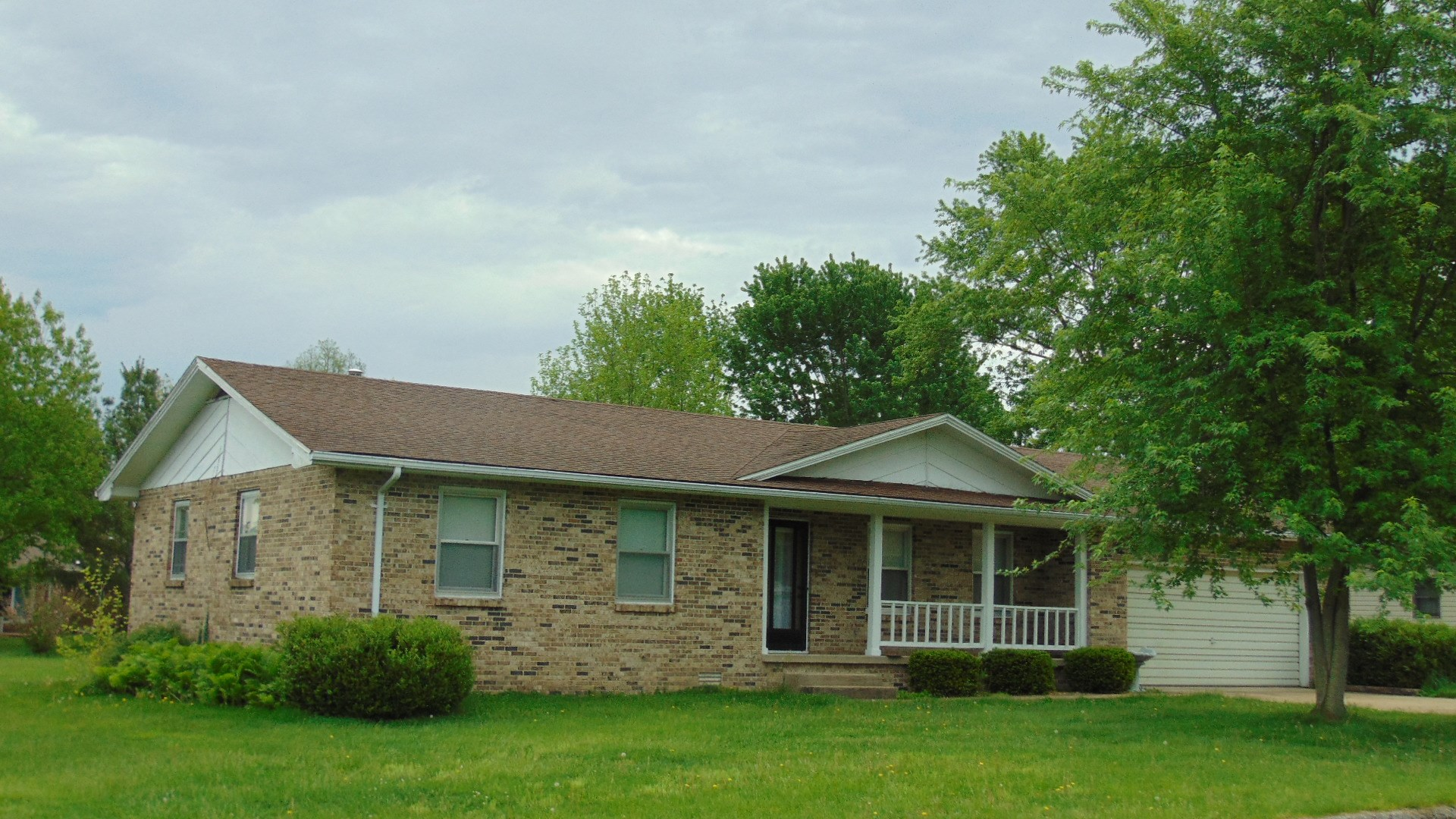 Brick Ranch Home in Missouri Ozarks For Sale