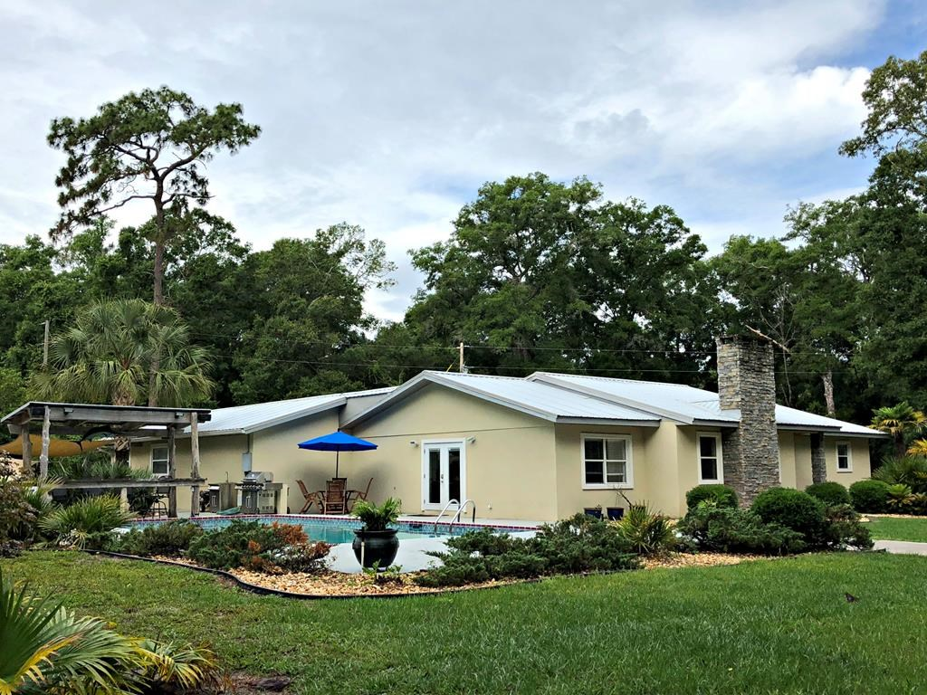 SHOWCASE HOME WITH 6 BEDROOMS & POOL - Chiefland, Florida