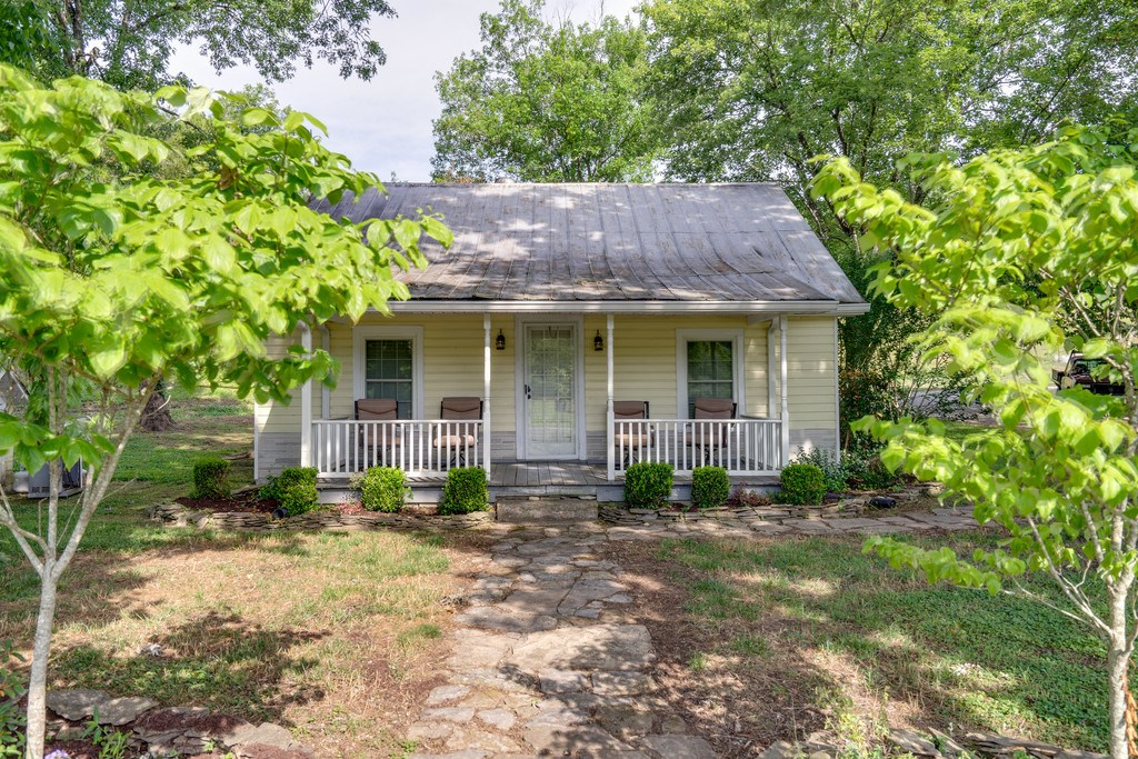 PULASKI, TN GILES COUNTY COUNTRY HOME WITH ACREAGE FOR SALE