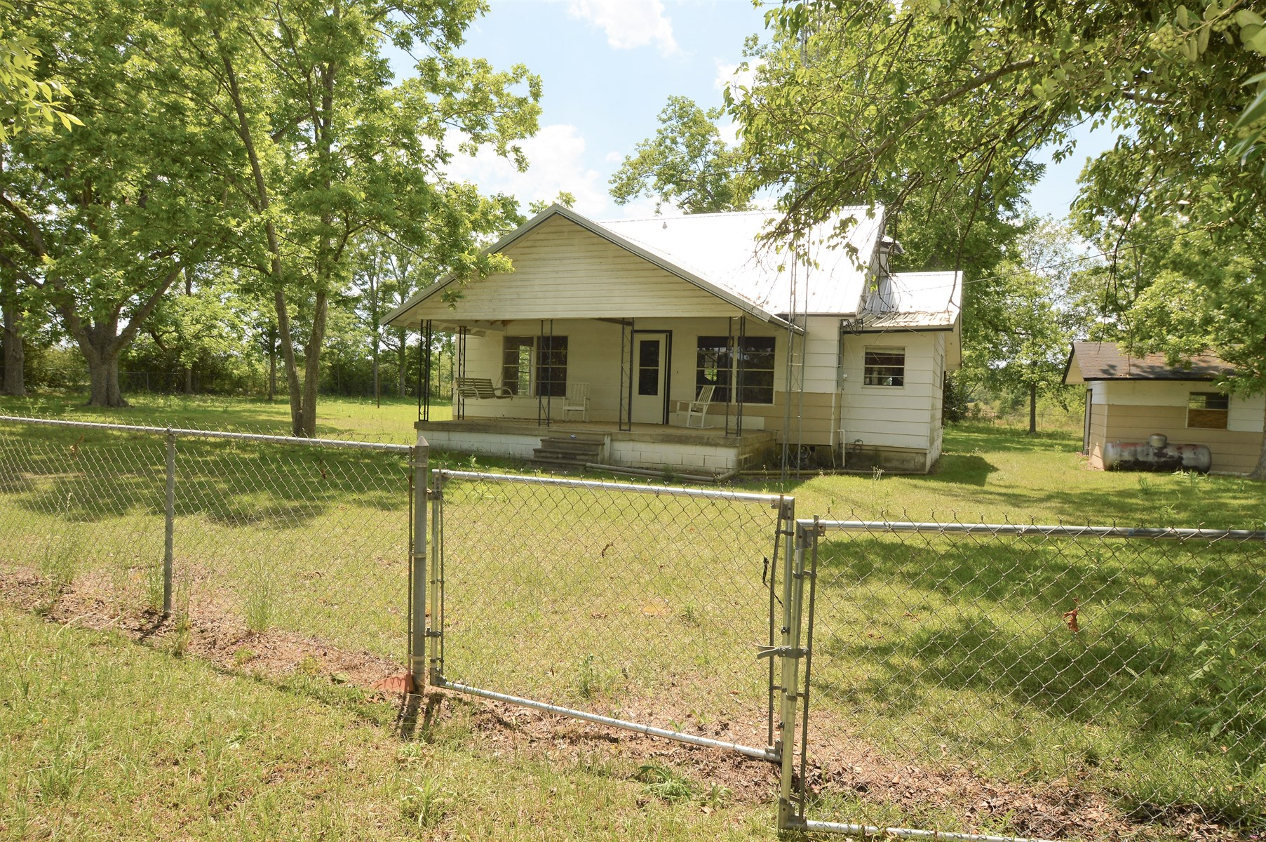 Country Home For Sale  on 1 acre!