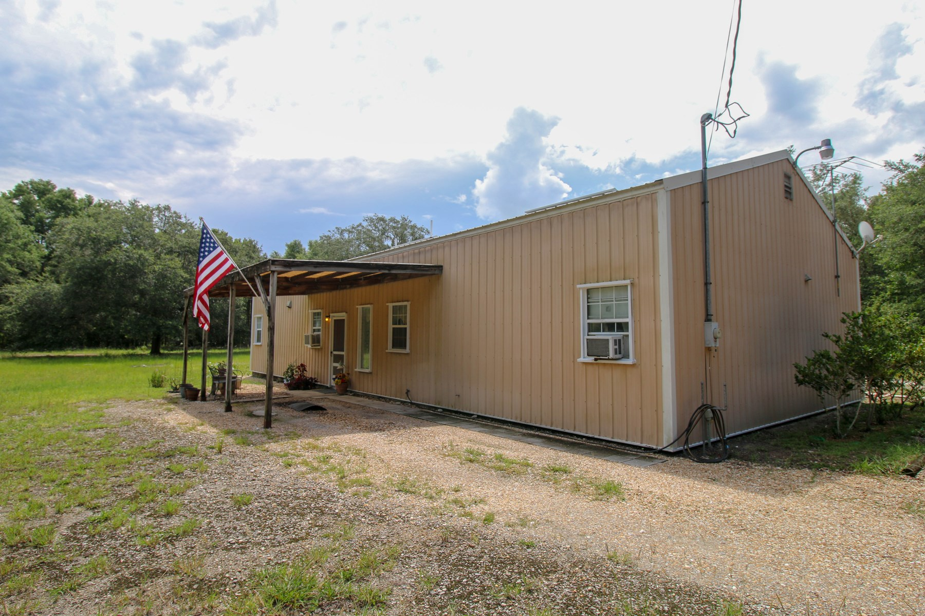 CUSTOM STEEL FRAME HOME on 10 ac. - Trenton, Florida