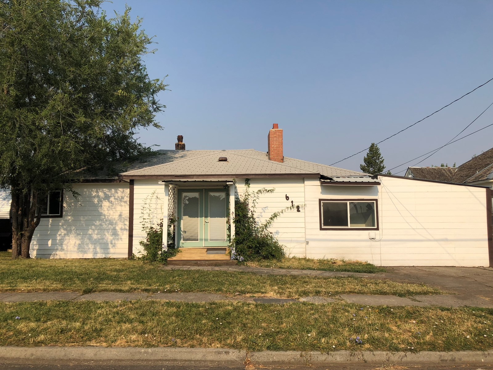 3bed/2 bath 1926 sq ft located in town