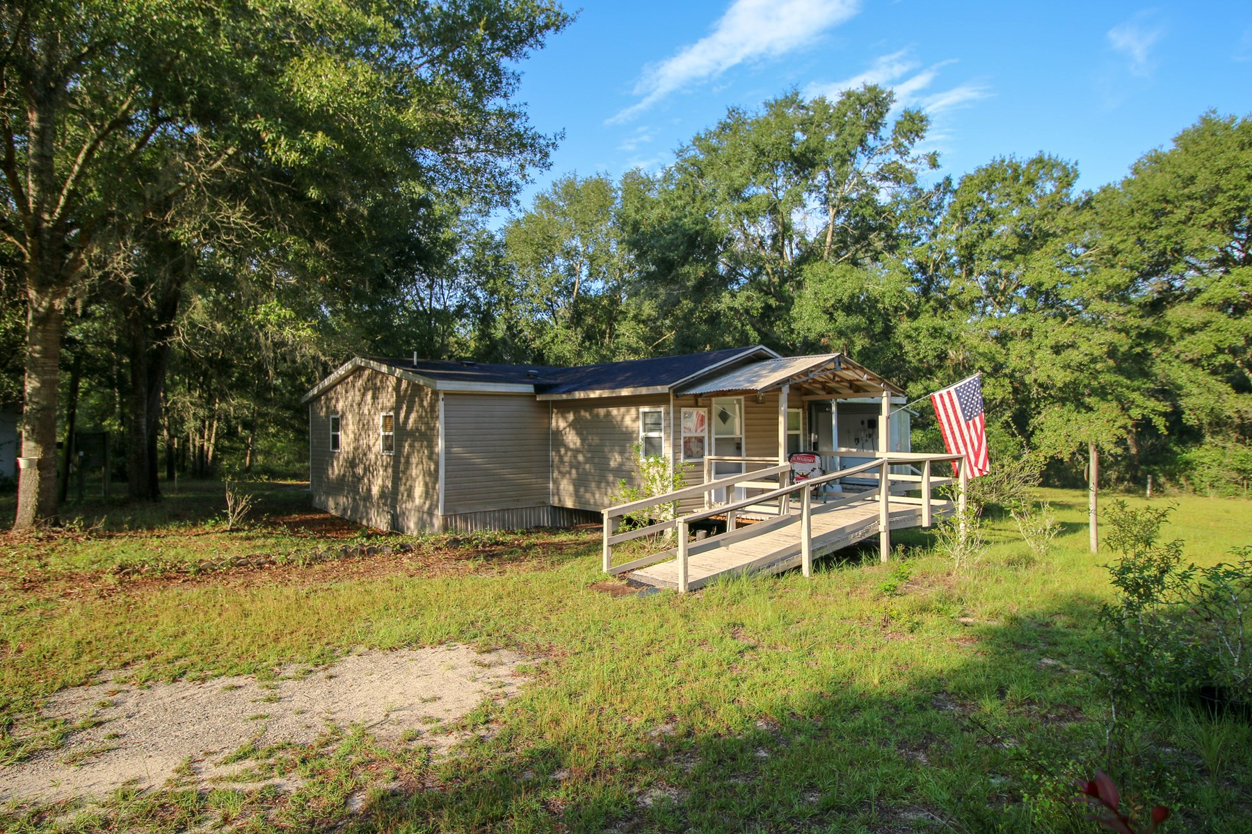 COUNTRY LIVING - 3BR/2BA mobile home in Bell, Florida
