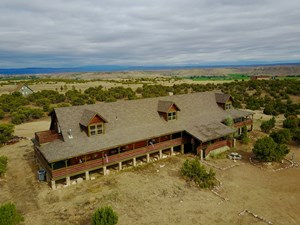 LARGE CABIN ON 2.66 ACRES HAS 6,500 SQUARE FEET, 6 BEDROOMS