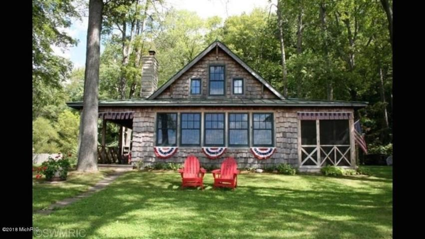 Quintessential shingle style summer cottage on Head Lake